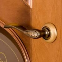 Качественная установка межкомнатных дверей с использованием профессионального инструмента.
